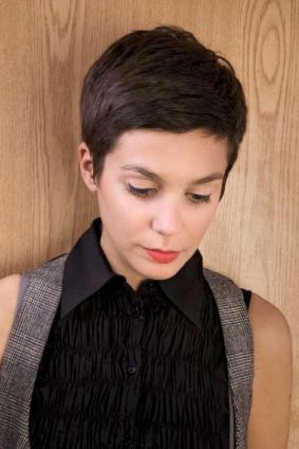 Короткая женская стрижка с короткой челкой